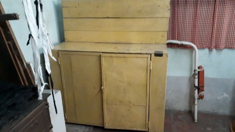 Mueble para herramientas, en metal y madera.