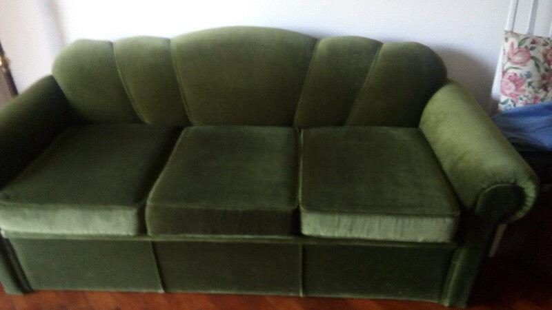 Sofá cama excelente, de 3 cuerpos en pana