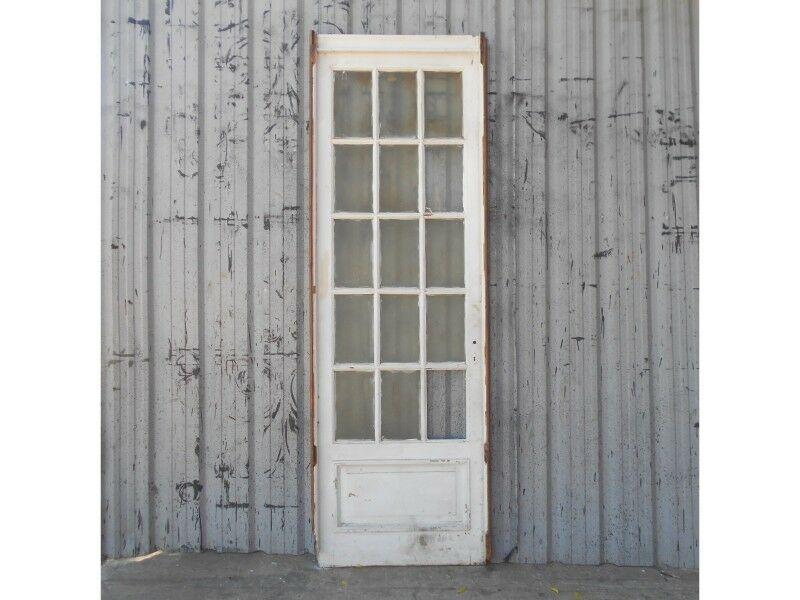 Dos antiguas puertas de madera cedro con vidrios repartidos