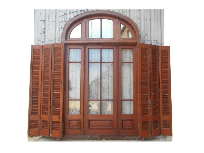 Antigua portada de madera cedro con celosías de madera