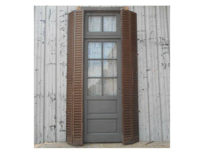 Dos antiguas puertas de madera cedro con celosías de hierro