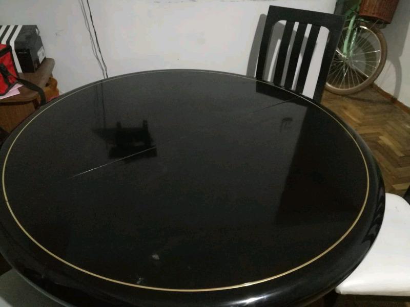 Juego de mesa y 4 sillas en Excelente estado.