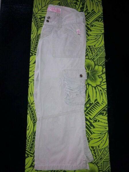 Pantalon Capri tipo cargo con bolsillos a los costados.