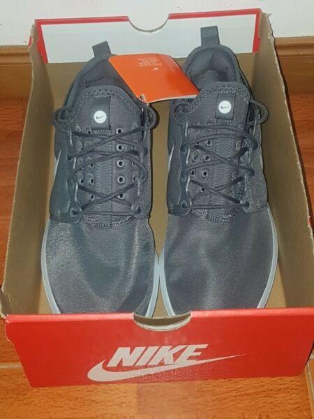 Zapatillas Nike Roshe Two, Nuevas sin uso. Color Gris Plata.