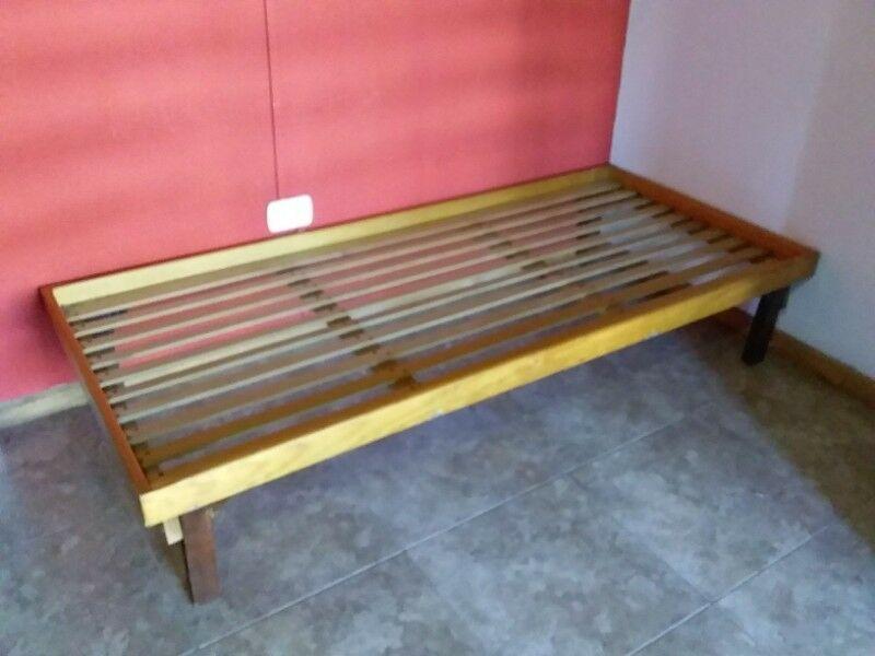 cama de 1 plaza de madera sin respaldo