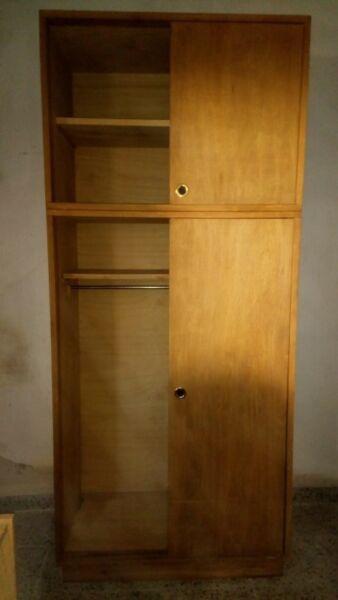 Placard de guatambú con 4 puertas corredizas. 1,00m
