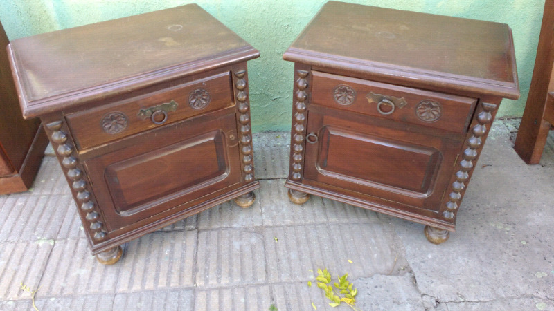 Antiguas mesas de luz de cedro de estilo colonial