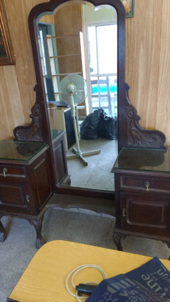 Antiguo tocador de roble con espejo biselado