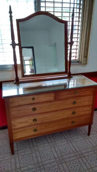 Hermosa cómoda antigua estilo inglés de roble con espejo