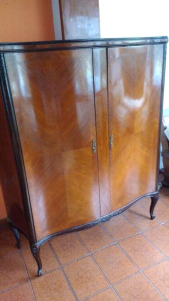 Liquido antiguo mueble francés Con herraje de bronce