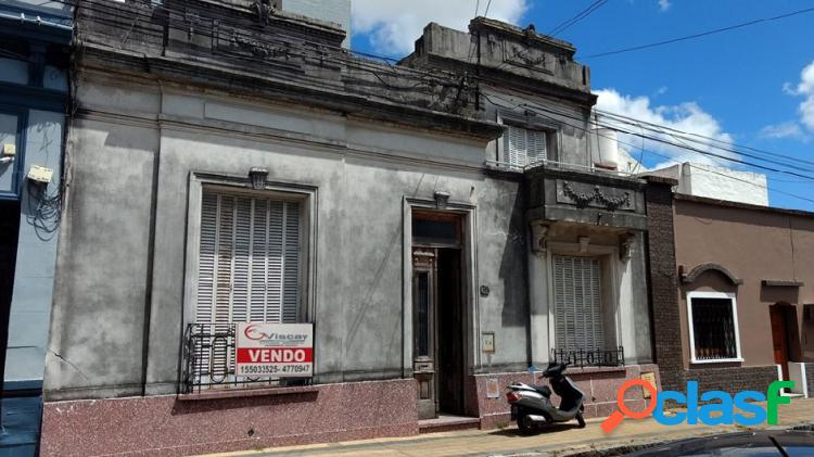 VENDO AMPLIA CASA CENTRICA ANTIGUA. Calle Tucumán