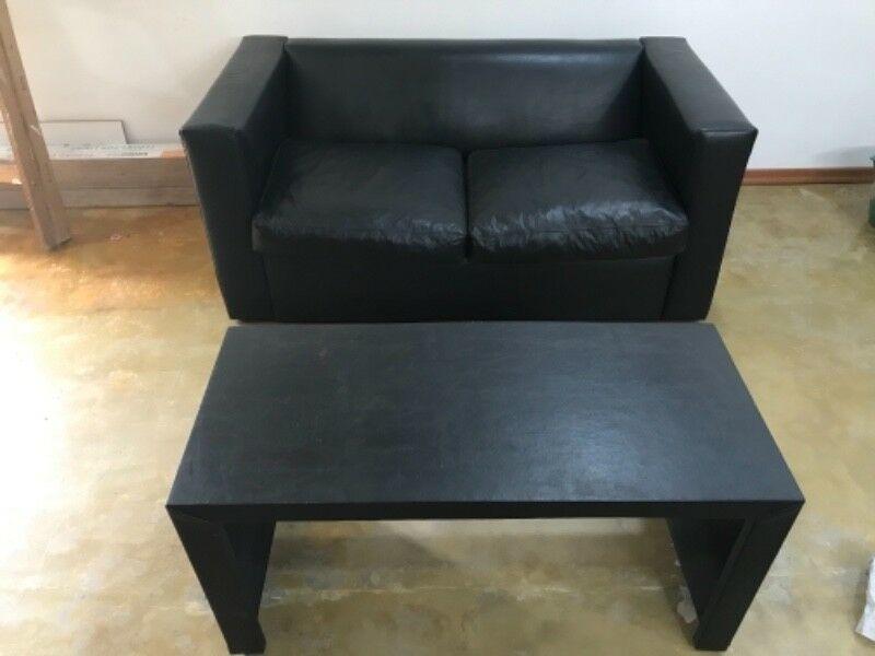 Vendo sillón de 2 cuerpos de ecocuero negro. Muy bueno.