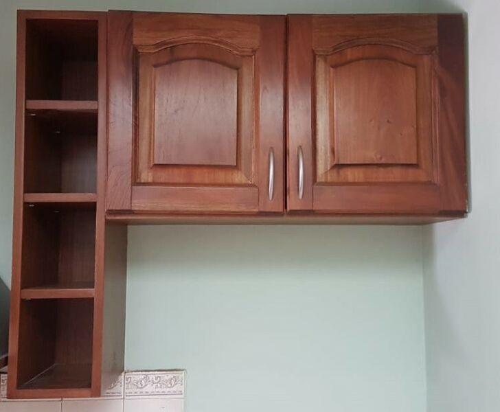 Mueble tipo alacena con estantes rebatibles