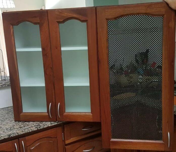 Mueble tipo alacena con puertas de vidrio