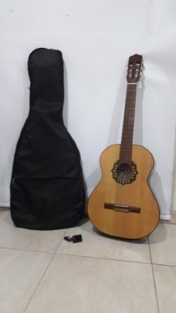 Guitarra criolla de estudio Fonseca 25 con funda acolchada y