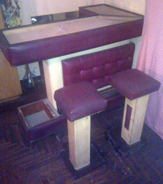 Bar Esquinero de Madera y Cuero