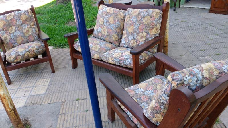 sillones de algarrobo con almohadones