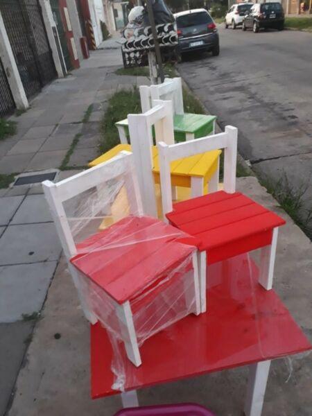 Juego de mesa y sillas para niños
