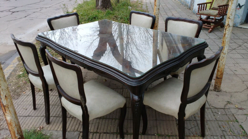 Hermoso juego de mesa y sillas estilo Luis 15