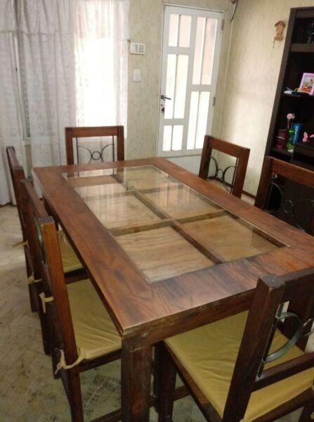 Mesa cerealera con vidrio y 6 sillas.