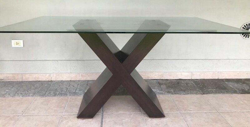 Mesa de vidrio templado con pata de madera lustrada