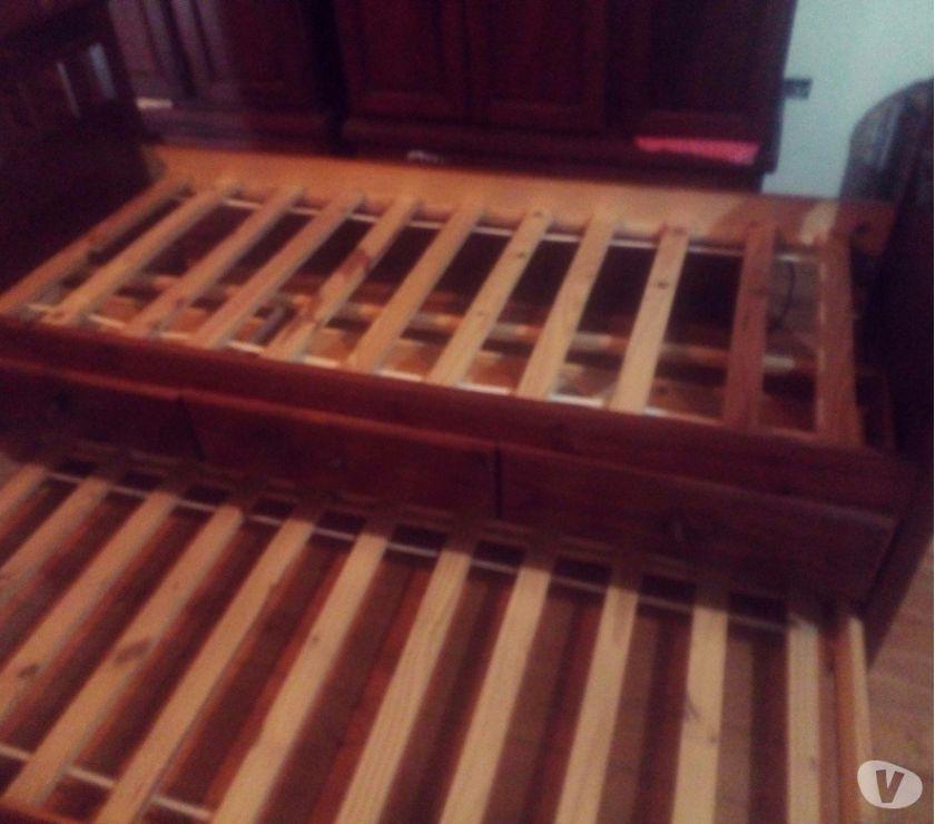 Venta de cama de una plaza con cajoneras de pino pintado.
