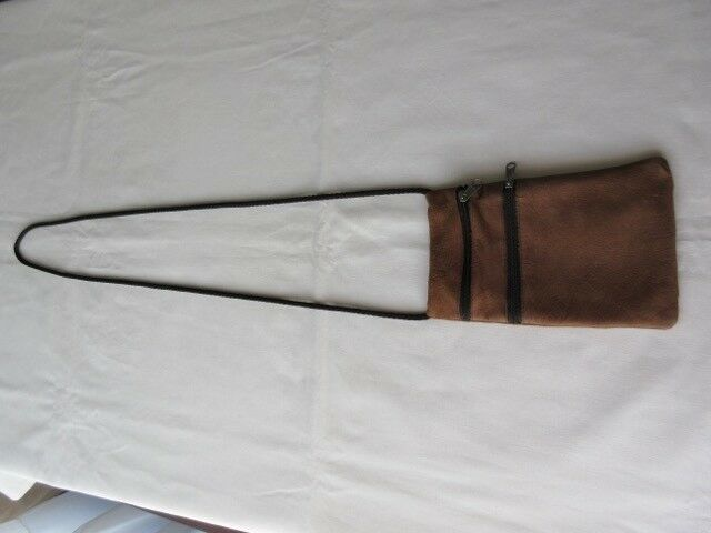 Carterita de cuero, color marrón, tipo bandolera, hecha