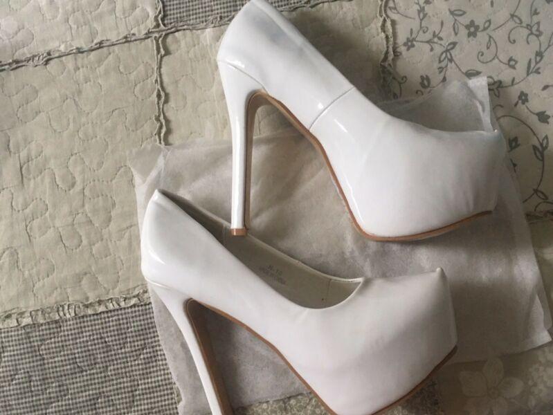 Vendo hermosos zapatos sandalias y botas impecable nuevas