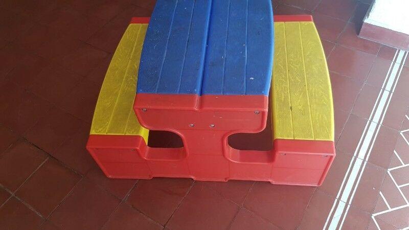 Mesa con banco para niños