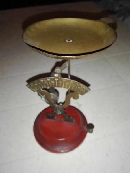 Antigua balanza de bronce para pesar cartas, ideal para