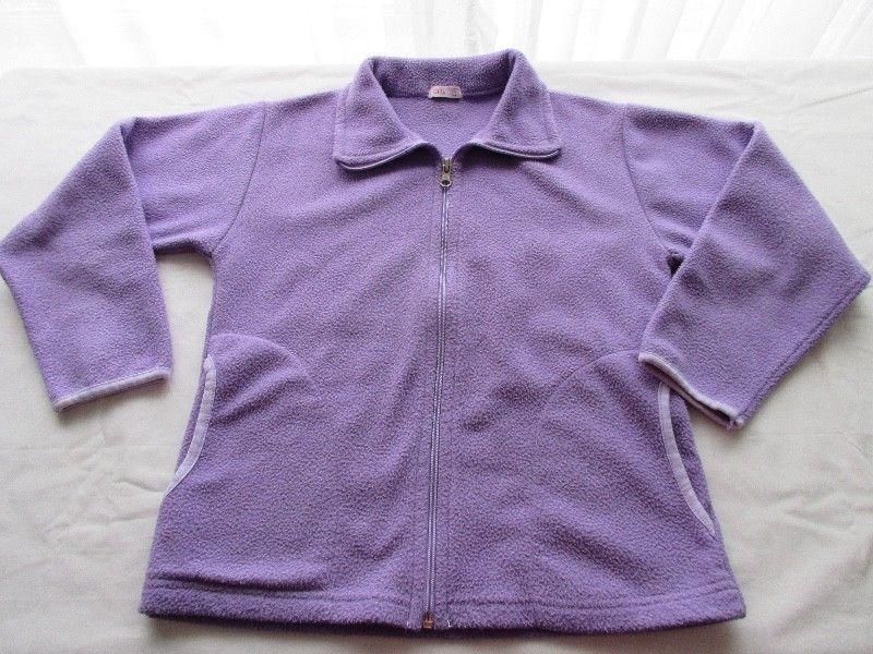 Campera de polar, color lila, para nena, marca URB, muy buen