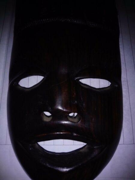 Máscara sudafricana marrón adorno p colgar usada