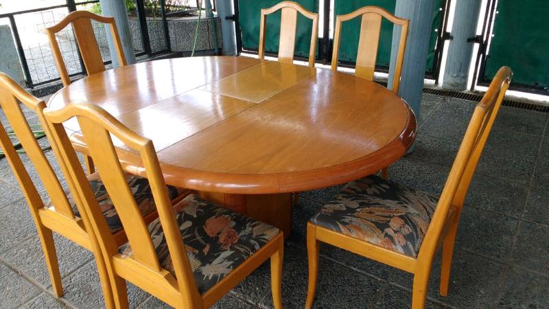 Antiguo juego de mesa y sillas en roble claro