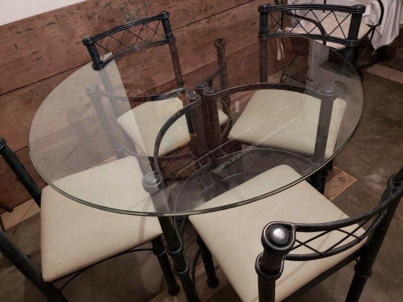 Juego de mesa y sillas, mesa ratona y muebles de hierro