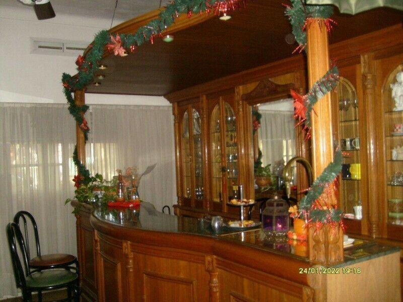 Barra Bar con estantes y Mesada de granito verde ubatuba