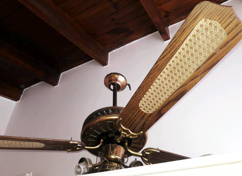 Ventilador de techo antiguo de bronce y madera