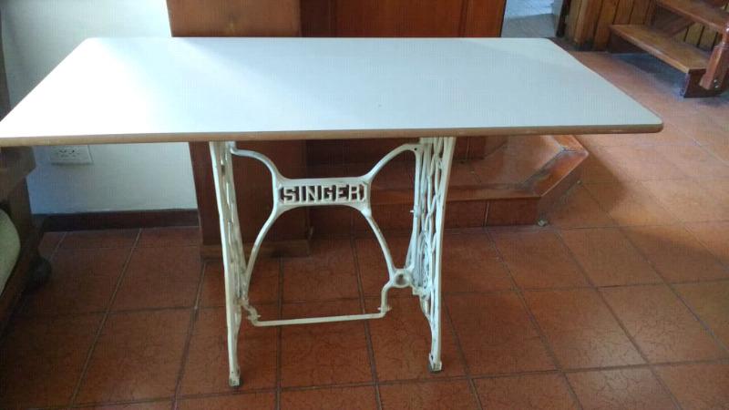 Antigua mesa con pie de máquina de coser Singer