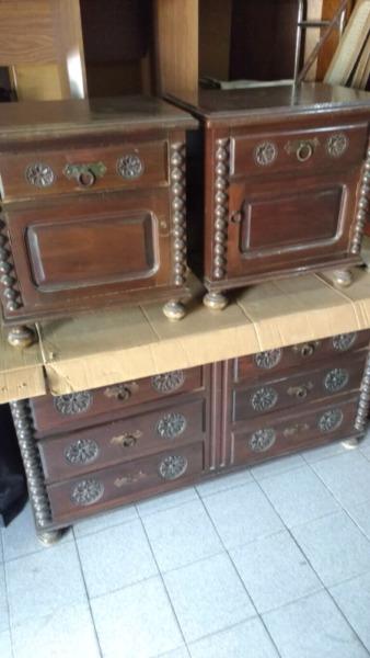 Antigua cómoda y mesas de luz de cedro de estilo colonial