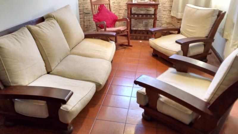 Importante juego de living de algarrobo macizo en Castelar