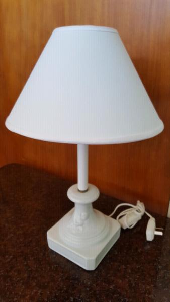 Velador blanco de cerámica con ángel