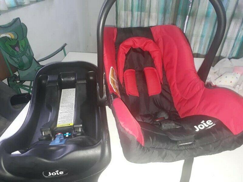 Vendo Huevito con base para el auto marca Joie Infanti
