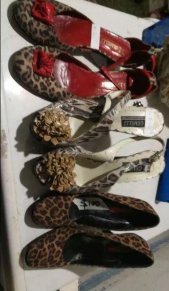 Par de zapatos animal print mujer