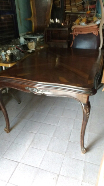 Antigua mesa de estilo en madera de cedro con vidrio