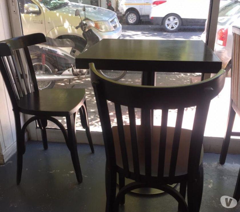 Vendo 1 mesa con 2 sillas de madera para cafeteria.