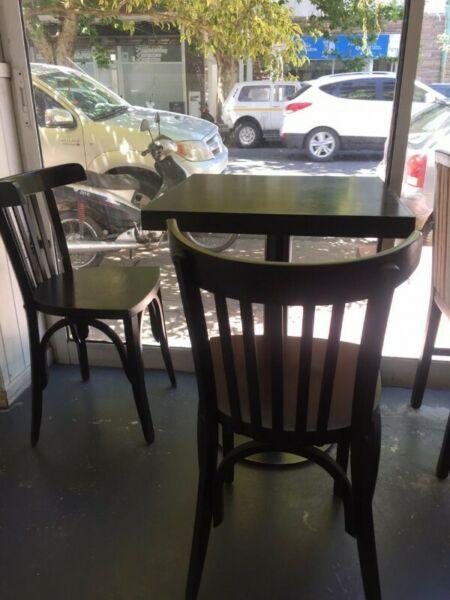 Vendo juego de 1 mesas con 2 sillas para cafeteria