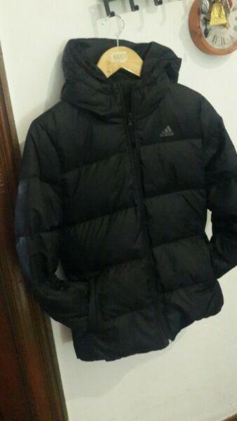 Campera negra de PLUMAS adidas - Talle M $ Acepto pagos