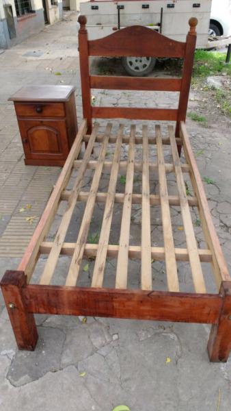 Juego de cama de algarrobo de una plaza y mesa de luz
