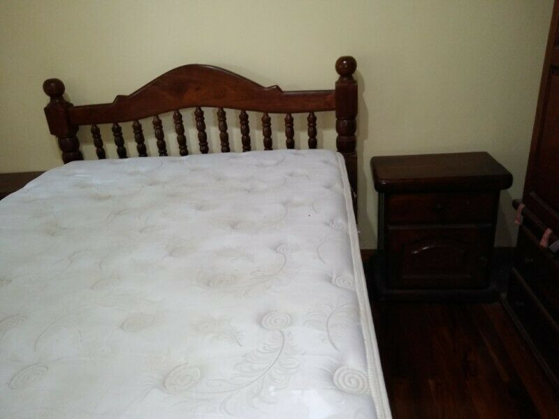 Vendo cama colchón y dos mesas de luz