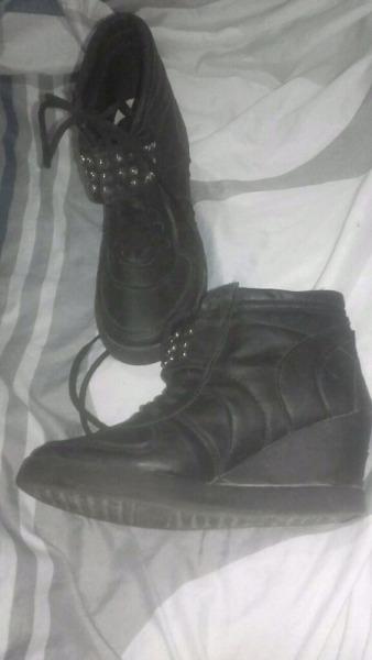 Zapatillas altas con tachas