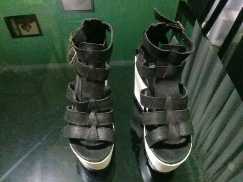 Sandalia con plataforma color negro